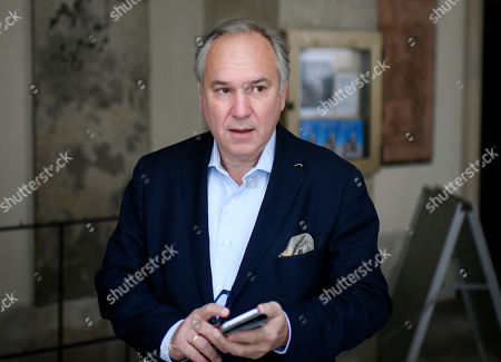 Imagen en stock de Walter Rosenkranz, Parliamentary leader of the Austrian Freedom Party (FPOe) in the National Council, arrives for a meeting with Austrian Chancellor Sebastian Kurz at the Federal Chancellery in Vienna, Austria 18 May 2019. According to reports, Chancellor Kurz will meet Vice Chancellor Strache on 18 May 2019 and is expected to end cooperation as media caught the far-right FPOe's leader Strache in a corruption allegations scandal. German media have on 17 May 2019 published a secretly recorded video of Strache in Ibiza in July 2017, where Heinz-Christian Strache is claimed to meet an alleged niece of a unknown Russian oligarch who wanted to invest large sums of money in Austria.