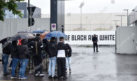 Juventus supporters wait outside the Allianz Stadium Juventus headquarters in Turin, 18 May 2019. Juventus' president Andrea Agnelli confirmed during a press conference on 18 May 2019 that Massimiliano Allegri will not longer be Juventus' head coach starting from the end of the current season.