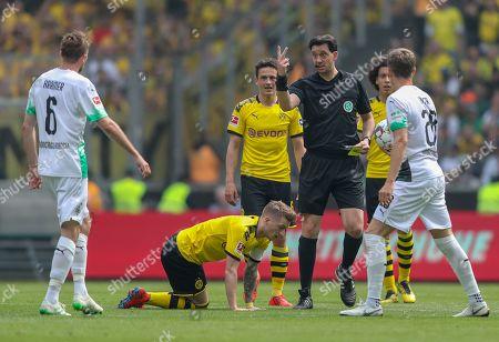 Referee Manuel Graefe (3-R) warns Moenchengladbach's Christoph Kramer (L) after a foul against Dortmund's Marco Reus (2-R) during the German Bundesliga soccer match between Borussia Moenchengladbach and Borussia Dortmund at Borussia-Park in Moenchengladbach, Germany, 18 May 2019.