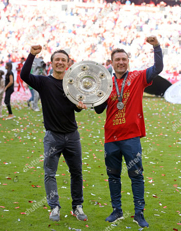 18.05.2019, Football 1. Bundesliga 2018/2019, 34.  match day, FC Bayern Muenchen - Eintracht Frankfurt, in Allianz-Arena Muenchen. Germanr Meister 2019 FC Bayern celebrates den Titel: v.li: Trainer Niko Kovac (FC Bayern Muenchen) and Co-Trainer Robert Kovac (FC Bayern Muenchen) and Meisterschale.