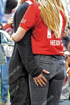 18.05.2019, Football 1. Bundesliga 2018/2019, 34.  match day, FC Bayern Muenchen - Eintracht Frankfurt, in Allianz-Arena Muenchen.matchfeldrand: Tom Kaulitz (li, Tokio-Hotel) legt Hand an seine girlfriend Top-Model Heidi Klum (re).