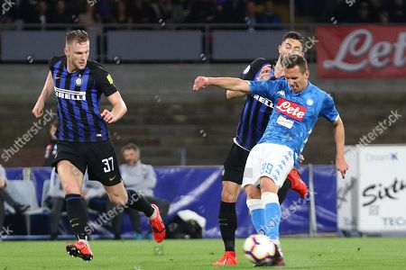 Inters defender Milan Skriniar (l) and  Napoli's forward Arkadiusz Milik (r) during the Italian Serie A soccer match between  SSc Napoli and Inter FC the San Paolo stadium in Naples, Italy, 19 May 2019.