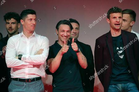 Muenchen, Germany, 1. Football-Bundesliga -  2018 / 2019, 34.  match day,   dem gewonnenen Meistertitel celebratese 1 FC Bayern Muenchen and eingeladenen GÂ?sten in GaststÂ?tteNockherberg in Muenchen. Leon GORETZKA (FCB), Robert LEWANDOWSKI (FCB), Niko KOVAC (FCB) , Robert KOVAC (FCB)  and Thomas MUELLER (MÂ?LLER) (FCB) v.n.- Foto: poolfoto / FCB