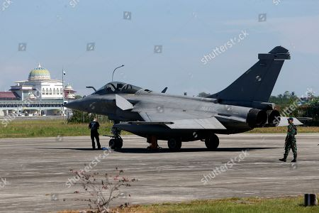Indonesian Military inspect a Rafale-type French Navy fighter at Sultan Iskandar Muda Military Base at Aceh Besar, Indonesia, 20 May 2019. A total of seven French Navy Rafale-type fighters made an emergency landing at Sultan Iskandar Muda Military Base, Aceh Besar, Indonesia on 18 May 2019, due to bad weather. The emergency landing was carried out at the Aceh Besar base after the French fighters were taking part in an air exercise with French aircraft carrier Charles de Gaulle, which was reportedly covered in bad weather.