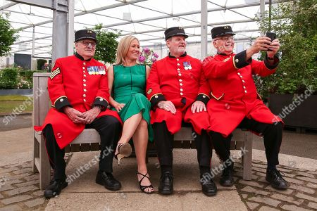 Chelsea Pensioners takes a selfie with Sophie Raworth.