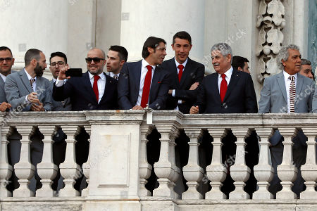Benfica's president Luis Filipe Vieira (2-R), head coach Bruno Lage (3-R) and director Rui Costa (C) with his team during a ceremony held at the Lisbon City Hall after Benfica clinched the Portuguese Soccer First League title, in Lisbon, Portugal, 20 May 2019.