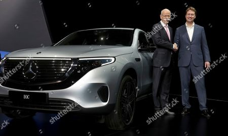 Daimler CEO Dieter Zetsche, left, and incoming Daimler CEO Ola Kaellenius, right, pose prior to the annual shareholder meeting of the car manufacturer Daimler in Berlin, Germany