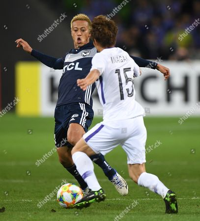 Keisuke Honda of the Victory (L) and Sho Inagaki of Hiroshima in action during the AFC Champions League Group F match between the Melbourne Victory and the Sanfrecce Hiroshima at AAMI Park in Melbourne, 22 May 2019.