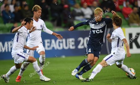 Keisuke Honda (2-R) of the Victory in action during the AFC Champions League Group F match between the Melbourne Victory and the Sanfrecce Hiroshima at AAMI Park in Melbourne, 22 May 2019.
