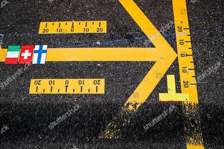 Motorsports: FIA Formula One World Championship 2019, Grand Prix of Monaco,  marks, Markierung, Markierungen, Fahrbahnmarkierung, Pfeil, Pfeile, arrow, arrows, Strecke, Spur, Streifen, Asphalt, Abrieb, Boxengasse, pit lane