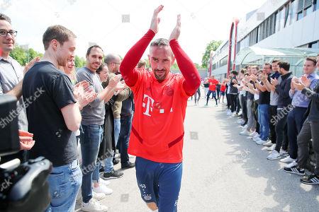 Stock Picture of Verabschiedung von FC Bayern Spieler Frank Ribery von Uli Hoeness  und von den Mitarbeitern des FC Bayern Muenchen an der Geschaeftsstelle und Trainingsgelaende an der Saebenerstrasse in Muenchen am 23.5.2019