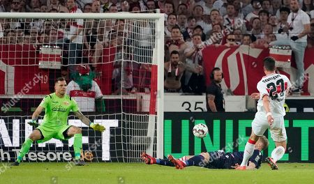 Stuttgart's Mario Gomez (R) scores the 2-1 lead goal during the German Bundesliga relegation play-off first leg soccer match between VfB Stuttgart and FC Union Berlin, in Stuttgart, Germany, 23 May 2019.