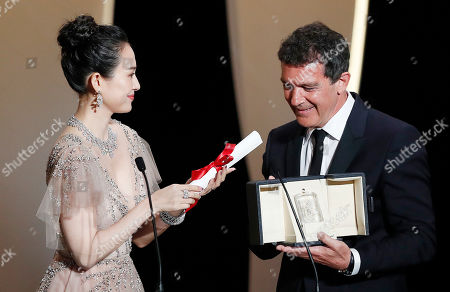 Antonio Banderas (R) accepts the Best Actor Award for his performance in the movie 'Dolor y Gloria (Pain and Glory)' next to Chinese actress Zhang Ziyi (L) during the Closing Awards Ceremony of the 72nd Cannes Film Festival, in Cannes, France, 25 May 2019. The Golden Palm winning movie will be screened after the closing ceremony.