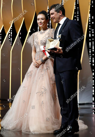 Antonio Banderas (R) holds his Best Actor Award for his performance in the movie 'Dolor y Gloria (Pain and Glory)' next to Chinese actress Zhang Ziyi (L) during the Closing Awards Ceremony of the 72nd Cannes Film Festival, in Cannes, France, 25 May 2019. The Golden Palm winning movie will be screened after the closing ceremony.