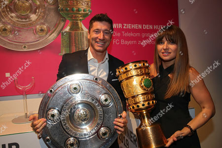 25.05.2019, Football, Bankett   dem DFB-Pokalfinale 2019,  FC Bayern Muenchen celebrates in Telekom-Repraesentanz in Berlin das Double. v.li: Robert Lewandowski (FC Bayern Muenchen) and wife Anna Lewandowska and Meisterschale and dem Pokal.