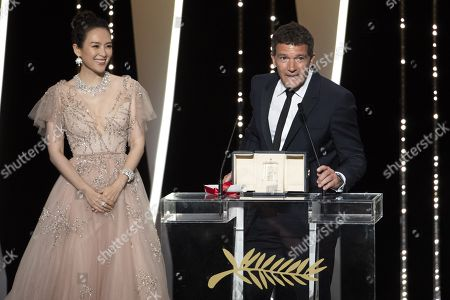 Zhang Ziyi, Antonio Banderas receives the Best Actor award for his role in 'Dolor Y Gloria'