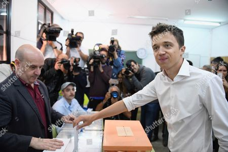 Mas Madrid (More Madrid) party's candidate for Madrid's regional President, Inigo Errejon (R), casts his ballots for local, regional and European Parliament elections at a polling station in Madrid, Spain, 26 May 2019. Spain holds locals, regional and European Parliament elections. The European Parliament election is held by member countries of the European Union (EU) from 23 to 26 May 2019.