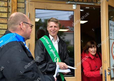 Per Bolund, spokesperson for Sweden's Green Party, distributes candidates lists for the European Parliament elections at a polling station in a school, south of Stockholm, 26 May 2019. The European Parliament election is held by member countries of the European Union (EU) from 23 to 26 May 2019.