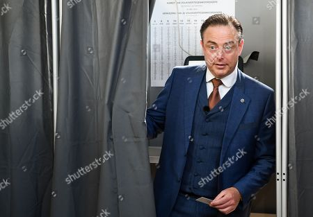 Bart De Wever casts his vote at a polling station in Deurne
