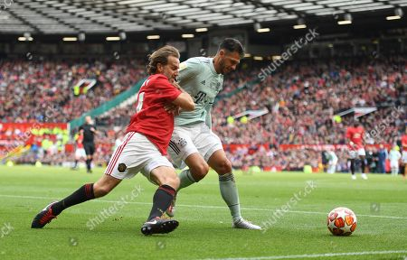Karel Poborsky of Manchester United and Martin Demichelis of Bayern Munich