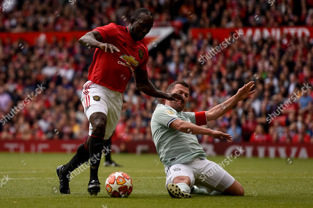 Dwight Yorke dribbles with the ball