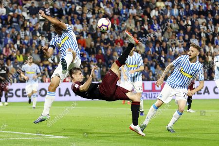 Milan's Krzysztof Piatek (C) in action against Ferrara players Thiago Cionek (L) and Manuel Lazzari (R) during the Italian Serie A soccer match between SPAL Ferrara and AC Milan in Ferrara, Italy, 26 May 2019.