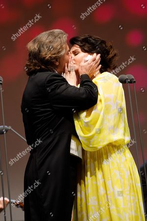 Opera Singer Aleksandra Kurzak (R) and Opera singer Roberto Alagna (L) kiss onstage during a concert outside the opera house in Vienna, Austria, 26 May 2019. The Jubilee concert outside the opera is free for all and features ensemble singers, international guest artists, the orchestra and chorus of the Wiener Staatsoper under conductor Marco Armiliato.