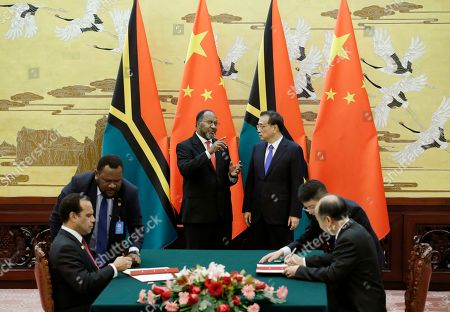 Vanuatu Prime Minister Charlot Salwai (C-L) and Chinese Premier Li Keqiang (C-R) attend a signing ceremony at the Great Hall of the People in Beijing, China, 27 May 2019.