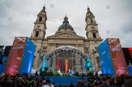 Canadian psychologist Jordan Peterson (C) speaks on a stage in front of St. Stephen Basilica during Brain Bar Future Festival in Budapest, Hungary, 30 May 2019.
