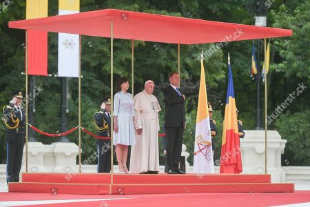 Stock Image of Romanian President Klaus Iohannis and wife Carmen Georgeta Lazurca welcome Pope Francis at the Cotroceni Presidential Palace, Bucharest
