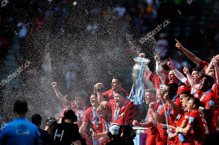 Brad Barritt and Owen Farrell of Saracens lift the Gallagher Premiership trophy in celebration