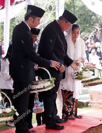 Former Indonesian president Susilo Bambang Yudhoyono (C) accompanied by sons and daughters lay flowers during his wife Kristiani Yudhoyono funeral ceremony at the National Hero cemetery in Jakarta, Indonesia, 02 June 2019. Ani Yudhoyono, the wife of former Indonesian President Susilo Bambang Yudhoyono, passed away on 01 June 2019, aged 66, at the National University Hospital in Singapore after losing her battle with blood cancer.