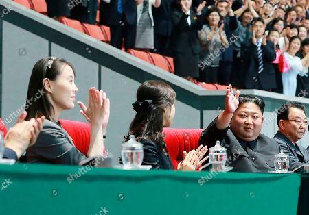 Stock Image of En esta foto del 3 de junio de 2019 distribuida el martes 4 de junio de 2019 por el gobierno norcoreano, el líder Kim Jong Un, 2do derecha, saluda junto a su esposa Ri Sol Ju, centro en la gran exhibición gimnástica y artística en el Estadio Primero de Mayo en Pyongyang. La mujer junto a Ri Sol Ju parece ser la hermana del líder, Kim Yo Jong, quien según la prensa estatal asistió a la exhibición. El contenido de esta imagen es el provisto y no se puede verificar en forma independiente