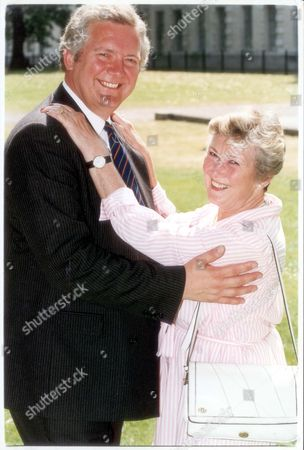 Jeremy Hanley - Politician - 1994 Actress Dinah Sheridan With Her Son Jeremy-minister For Armed Forces.... Pkt3875-292048