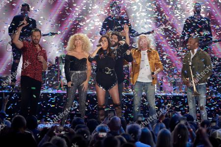 """Karen Fairchild, Kimberly Schlapman, Phillip Sweet, Jimi Westbrook, Troy Andrews, Thomas Rhett. Jimi Westbrook, from left foreground, Kimberly Schlapman, Karen Fairchild and Phillip Sweet, of Little Big Town, Thomas Rhett, forth from left in background, and Troy Andrews, right, perform """"Don't Threaten Me With A Good Time"""" at the CMT Music Awards, at the Bridgestone Arena in Nashville, Tenn"""
