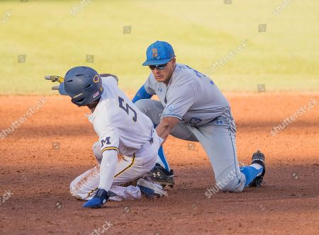 Los Angeles, CA..UCLA infielder(33) Chase Strumpf tries to tag out Michigan's (5) Christian Bullock during an NCAA super regional game between the Michigan Wolverines and the UCLA Bruins at Jackie Robinson Stadium in Los Angeles, California. UCLA defeated Michigan 5-4. .(Mandatory Credit: Juan Lainez / MarinMedia.org / Cal Sport Media)