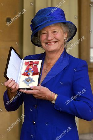Dame Mary Peters With Her Medal The Most Excellent Order Of The British Empire. Shakespearean Actress Dame Dorothy Tutin And Athlete Mary Peters At Buckingham Palace In London Thursday November 16 2000 After They Were Both Was Invested As A Dame Commanders By Britain's Queen Elizabeth II. Peters Won A Pentathlon Gold Medal At The 1972 Olympic Games And Has Remained A Symbol Of Unity And Hope For Northern Ireland. A Member Of The Northern Ireland Sports Council For 20 Years And Of The British Sports Council For Nine Years She Was Also President Of The British Athletic Federation..