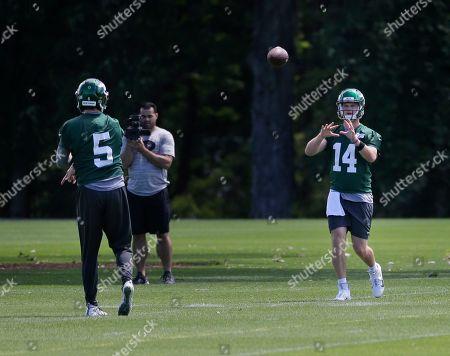 Sam Darnold, Davis Webb. New York Jets quarterbacks Sam Darnold, right, and Davis Webb throw during a practice at the team's NFL football training facility in Florham Park, N.J
