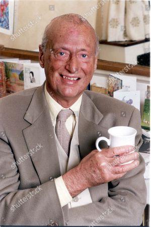 Paul Eddington - Actor (dead 11/95) - 3rd June 1994 Picture Desk ** Pkt2614 - 178554 British Actor Paul Eddington (died 11/95) Pictured In His Dressing Room....actors