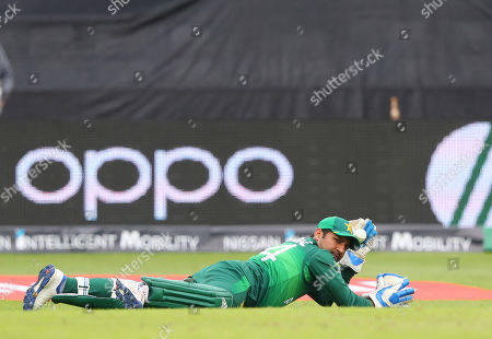 TAUNTON, ENGLAND. 12 JUNE Sarfraz Ahmed of Pakistan takes a catch to dismiss Nathan Coulter-Nile of Australia during the Australia v Pakistan, ICC Cricket World Cup match. at the County Ground, Taunton