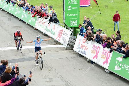 Trek Segafredo's Lizzie Deignan takes the sprint finish win on Stage 5 over Canyon SRAM's Kasia Niewiadoma.