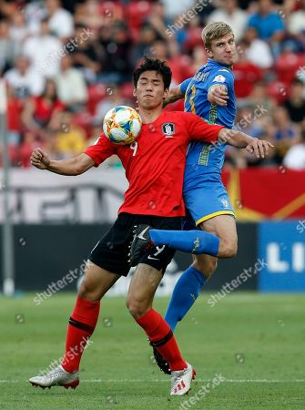 South Korea's Oh Se-hun, left, and Ukraine's Danylo Beskorovainyi challenge for the ball during the final match between Ukraine and South Korea at the U20 soccer World Cup in Lodz, Poland