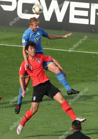 South Korea's Oh Se-hun, bottom, challenges for the ball with Ukraine's Danylo Beskorovainyi, top, during the final match between Ukraine and South Korea at the U20 World Cup soccer in Lodz, Poland
