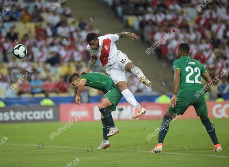 Jefferson Farfan of Peru heads between Alejandro Bracamonte and Jusino to score his side's second goal
