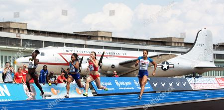 (L-R) Lisa-Marie Kwayie of Germany, Javianne Oliver of the USA, Ge Mangi of China, and Jodie Williams of Britain in action during the 'Berlin Flies' athletics meeting at the Tempelhof airport in Berlin, Germany, 22 June 2019.
