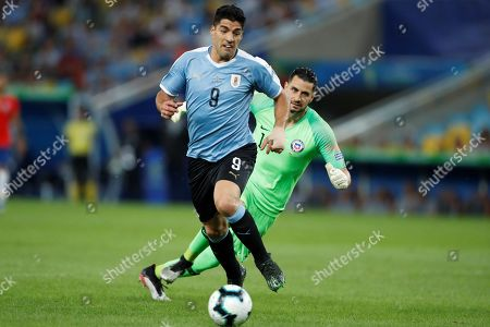 Luis Suarez (L) of Uruguay in action against Chile's goalkeeper Martin Campana (R) during the Copa America 2019 Group C soccer match between Chile and Uruguay, at the Maracana Stadium in Rio de Janeiro, Brazil, 24 June 2019.