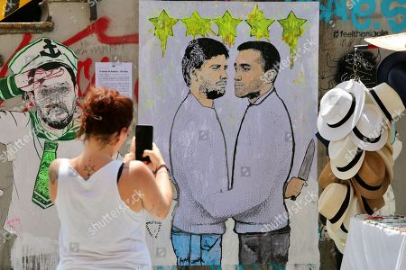 New provocation on the canals by artist Cristina Donati Meyer with a poster on the duel between Luigi Di Maio and Alessandro Di Battista