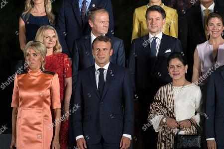 Photo family at Osaka Geihinkan during the G20 leaders summit. Brigitte Trogneux, French President Emmanuel Macron, Canada's Prime Minister Jtin Trudeau's wife Sophie Gregoire, wife of Joko Widodo and Indonesia's President Joko Widodo.