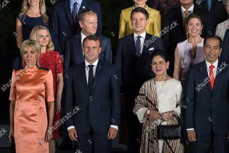 Photo family at Osaka Geihinkan during the G20 leaders summit. Brigitte Trogneux, French President Emmanuel Macron, Canada's Prime Minister Jtin Trudeau's wife Sophie Gregoire, wife of Joko Widodo and Indonesia's President Joko Widodo.