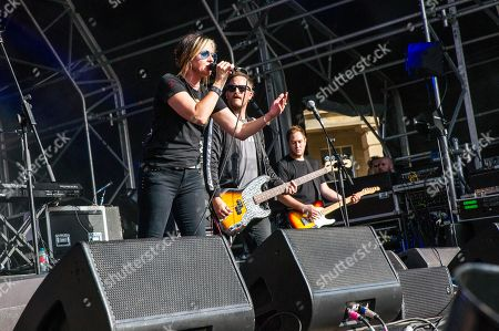 Stock Picture of Louise Wener of Sleeper in concert at Piece Hall